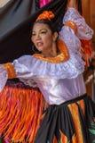 Ung dansare från Colombia i traditionell dräkt arkivbilder