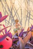 Ung dansare i hennes trädgård som vilar efter en hård dag på arbete Royaltyfria Foton
