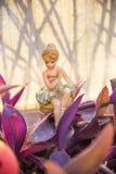 Ung dansare i hennes trädgård som vilar efter en hård dag på arbete Royaltyfria Bilder