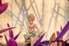 Ung dansare i hennes trädgård som vilar efter en hård dag på arbete Royaltyfri Fotografi