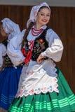 Ung dansareflicka från Polen i traditionell dräkt arkivfoto