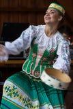 Ung dansareflicka från Vitryssland i traditionell dräkt royaltyfri foto