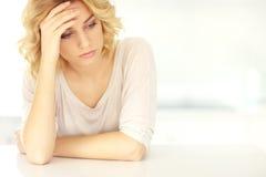 Ung deprimerad kvinna hemma Arkivfoto