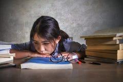 Ung deprimerad och stressad asiatisk kinesisk studentflicka som arbetar med förkrossat och frustrerat förbereda sig för bärbar da royaltyfria foton