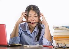 Ung deprimerad och stressad asiatisk kinesisk studentflicka som arbetar med förkrossat och frustrerat förbereda sig för bärbar da arkivfoto