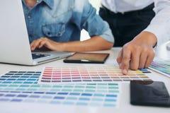 Ung design för inre två eller grafisk formgivare som arbetar på projekt arkivfoton