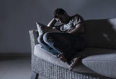 Ung desperat ledsen och frustrerad man som sörjer hemmastatt problem för fördjupning för soffasoffalidande och att gråta för ånge arkivbild