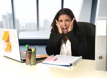 Ung desperat spänning för lidande för affärskvinna som arbetar på skrivbordet för kontorsdator Arkivfoton