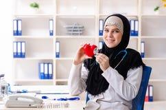 Ung doktor i hijab som arbetar i kliniken arkivbilder