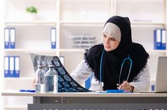 Ung doktor i hijab som arbetar i kliniken royaltyfria foton