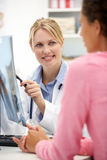 Ung doktor med kvinnligtålmodign Arkivfoto