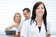 Ung doktor och sjuksköterska arkivfoto