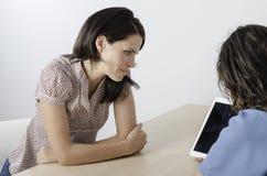 Ung doktorsfysioterapeut med en kvinnapatient Royaltyfria Bilder