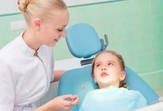 Ung doktorskvinna och flicka i tandläkarekontor Fotografering för Bildbyråer