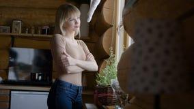 Ung eftertänksam kvinna som ser till och med ett fönster Royaltyfri Foto