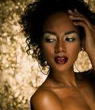 Ung elegant afrikansk amerikankvinna med afro hår Spika manicured polermedel spikar guld- bakgrund Arkivbilder