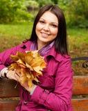 Ung elegant kvinna med höstsidor fotografering för bildbyråer