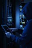 Ung en hacker i begrepp för datasäkerhet Arkivfoto