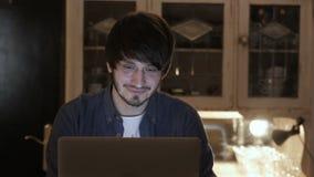 Ung entreprenör Freelancer Working som använder en bärbar dator och i Coworking lager videofilmer
