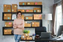 Ung entreprenör, tonåringföretagsägarearbete hemma, alfabetisk arkivbilder