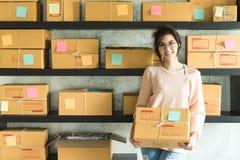 Ung entreprenör, tonåringföretagsägarearbete hemma, alfabetisk royaltyfria foton