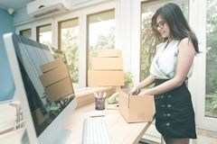 Ung entreprenöremballageprodukt in i asken Royaltyfri Foto