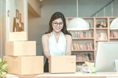 Ung entreprenöremballageprodukt in i asken Royaltyfria Bilder