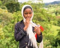 Ung ethiopian skolflicka som bär hennes skrivböcker Arkivbild