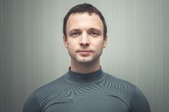 Ung europeisk man i grå sportswear royaltyfri foto