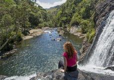 Ung europeisk turist- kvinna som sitter på kanten av bagarens nedgångar i nationalparken royaltyfri fotografi