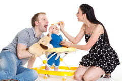 Ung föräldermatning behandla som ett barn. Arkivfoton