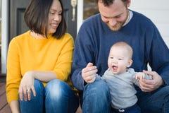 Ung för kines- och Caucasianfamilj för blandat lopp stående arkivfoto