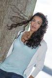 Ung för modemodell för kvinna vind för dag utomhus Arkivbild
