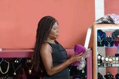 Ung försäljare i hennes lager arkivbild