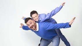 Ung fader och son som tillsammans spelar som nivåer royaltyfri fotografi