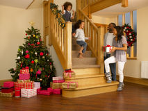 Ung familj för blandad race på julmorgon Arkivbild