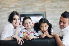Ung familj hemma Arkivbilder