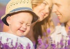 Ung familj i ett lavendelfält fotografering för bildbyråer