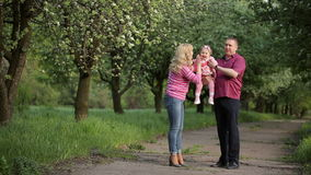 Ung familj i parkera stock video
