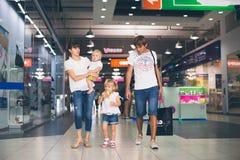 Ung familj i shoppinggalleria royaltyfria foton