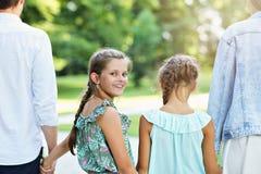 Ung familj med barn som har gyckel i natur royaltyfri bild