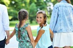 Ung familj med barn som har gyckel i natur fotografering för bildbyråer