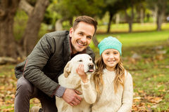 Ung familj med en hund arkivbilder