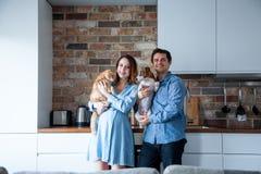 Ung familj med husdjur royaltyfri bild