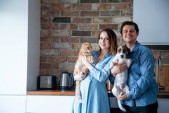 Ung familj med husdjur Fotografering för Bildbyråer