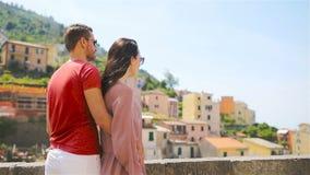 Ung familj med stor sikt på den gamla byn Riomaggiore, Cinque Terre, Liguria, Italien Europeisk italiensk semester lager videofilmer