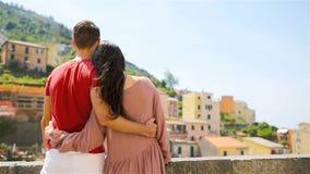 Ung familj med stor sikt på den gamla byn Riomaggiore, Cinque Terre, Liguria, Italien Europeisk italiensk semester arkivfilmer