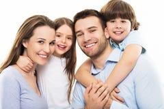 Ung familj med två ungar Arkivfoto