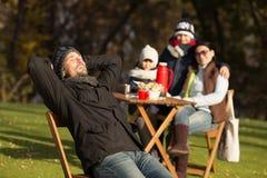 Ung familj på en picknick fotografering för bildbyråer
