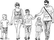 Ung familj på en promenad Royaltyfri Fotografi